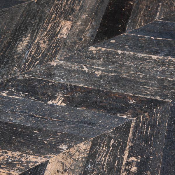 pavimento a spina in legno di rovere nero